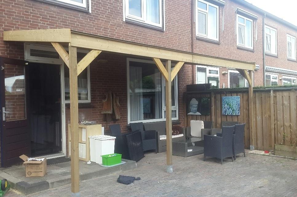 aanbouw veranda aan huis in vurenhout met loungeset