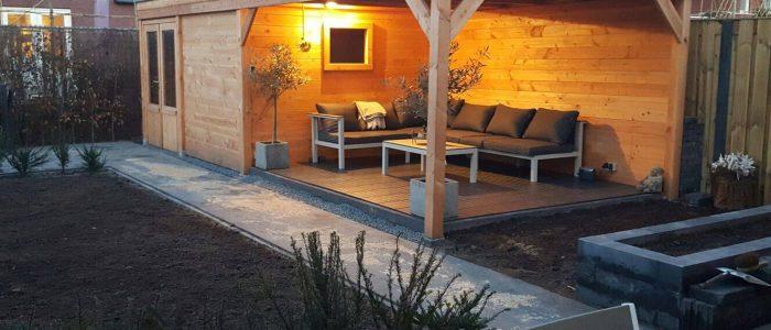 vrijstaande veranda uitgevoerd in Douglas hout met loungeset en tuinverlichting