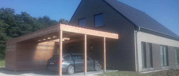 carport met berging voor een auto naast het huis