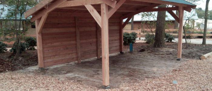 douglas houten kapschuur bouwpakket met groene singels als dakbedekking