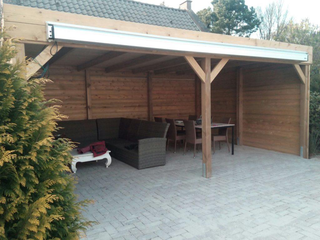 houten tuinoverkapping met loungeset en eetgelegenheid